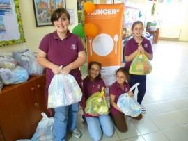 schoolkinderen brengen voedsel